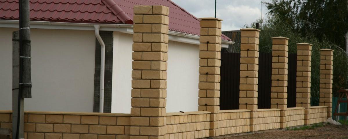 забор с кирпичными столбами изображение