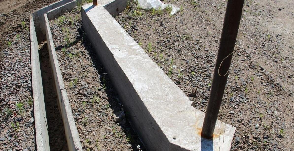 бетонирование заборного столба фото