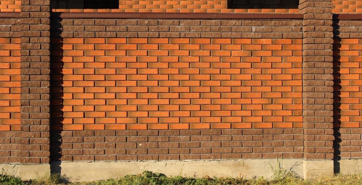 кирпичный забор изображение